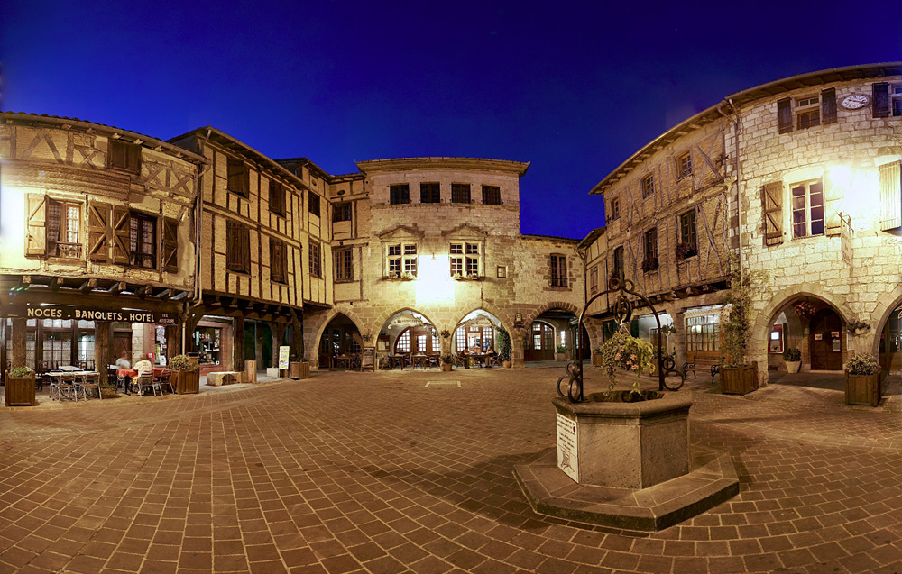 Mini Guide To Tarn | Bastide Place Arcades fontaine_Castelnau de Montmiral © L. Frezouls