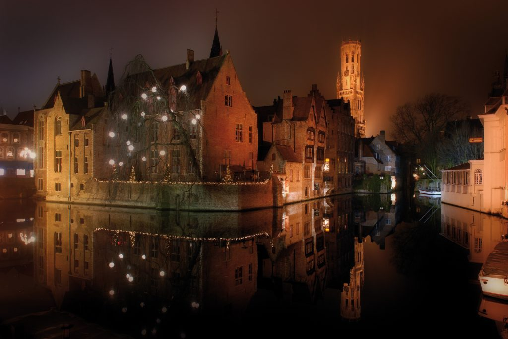 A Romantic Weekend In Bruges | Toerisme Brugge | Rozenhoedkaai met winterse sfeerverlichting | Rozenhoedkaai-©-Jan-Darthet