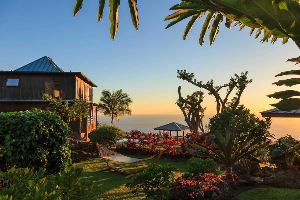 Inst-worthy Hotels in Hawai'i | Holualoa Inn - Credit Jumping Rocks